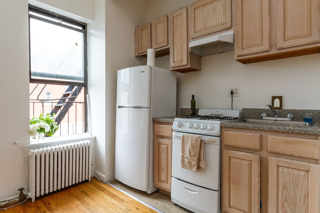 Brand new electrics stove/oven, kitchen equipped with basic cooking necessities