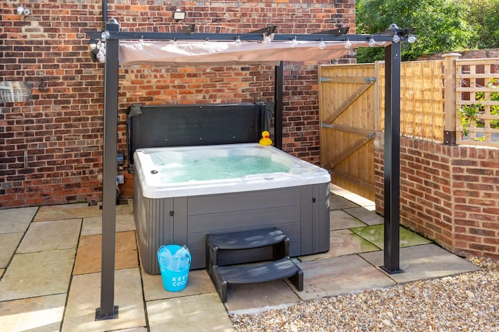 6 Person Hot Tub in Rear Court Yard