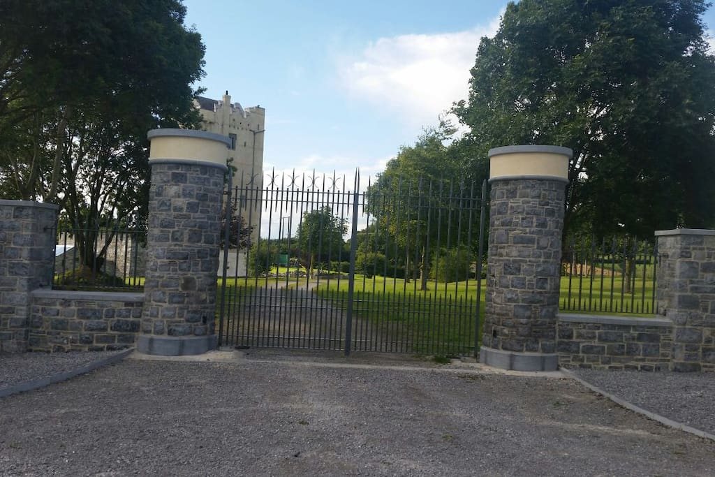 The entrance gates to Ballytarsna-Hackett Castle.