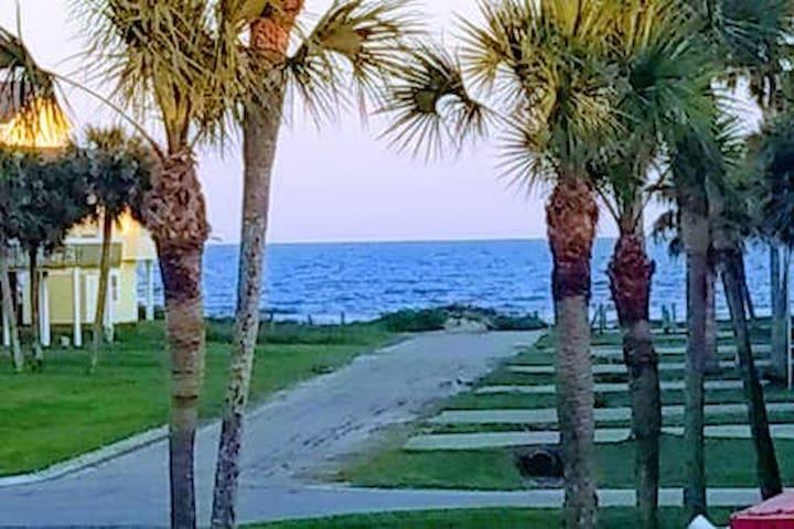 AWESOME GULF VIEW-COOL TIKI BAR-PIRATES BEACH