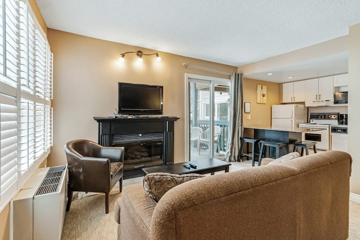 Cozy condo w/ shared hot tub, pool & tennis courts - walk to lifts/shuttle!