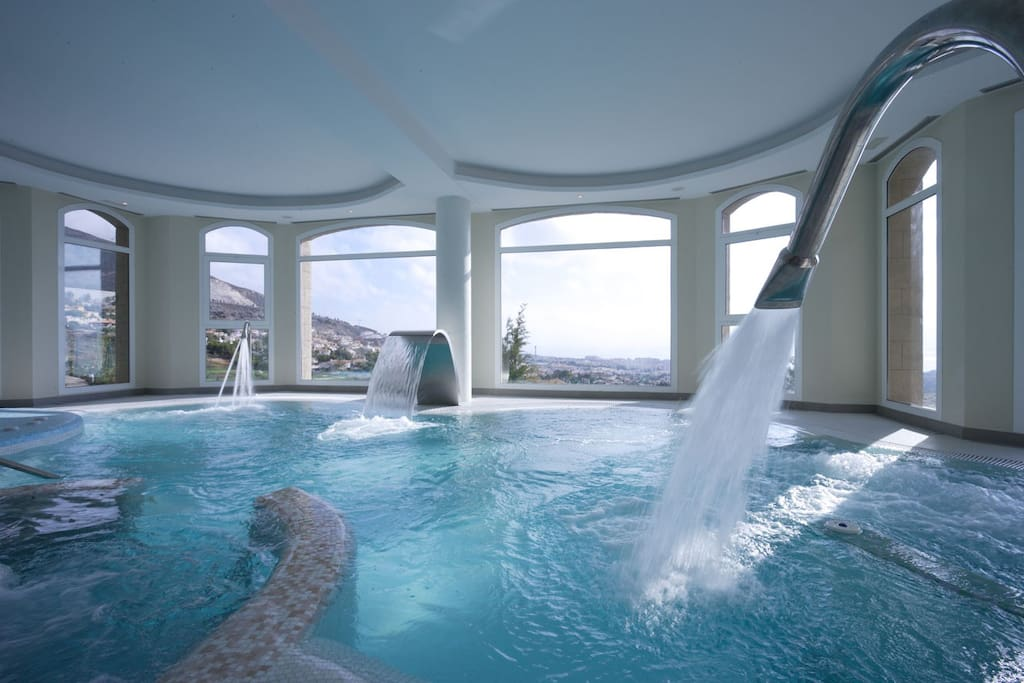 Spa with a heated indoor swimming pool, gym, sauna, Turkish bath and massage and physiotherapy room