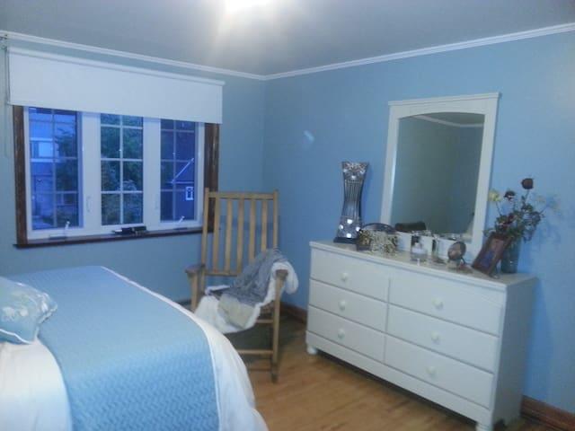 Gîte du Passant (chambre 1) - Baie-Comeau - Bed & Breakfast