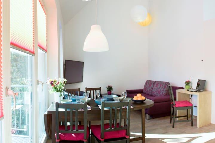 Wohnraum mit gemütlicher Fernsehecke - Living room with cozy TV corner