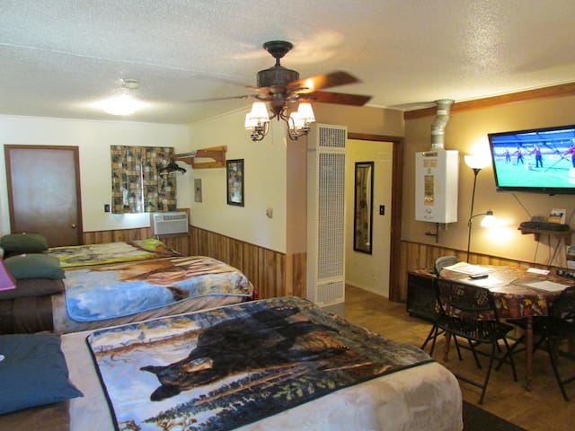 Best Bear Nature Lodging, no additional fee's - Irons