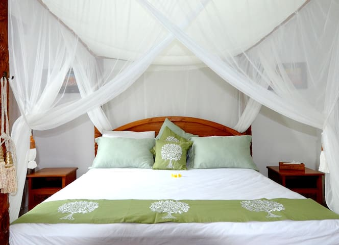 Superior bedroom in Villa Santai - คารังกาเซม - วิลล่า