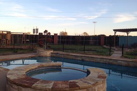 3 bdrm, a fun yard & shared living - Wichita Falls