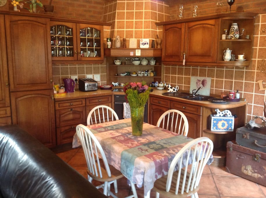 Fully fitted kitchen with concealed built-in fridge & freezer.