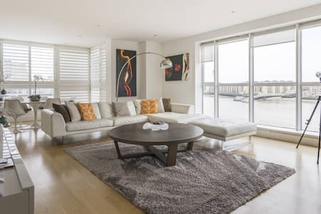 Spectacular River View 2-Bed Apt in Canary Wharf