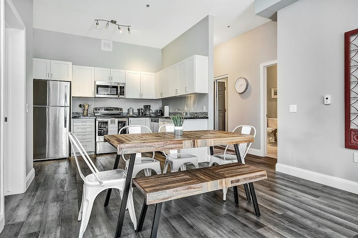 Condo in the heart of Kingston, modern & comfy