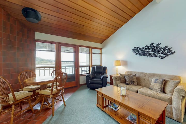 Waterfront condo by the beach w/ fantastic views - access to sauna & gym