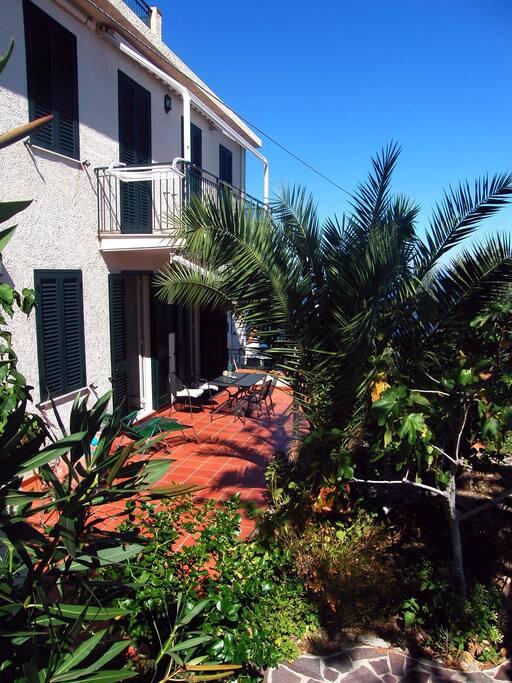Der kleine Garten mit herrlicher Aussicht auf die Liparischen Inseln und die Bucht von Patti