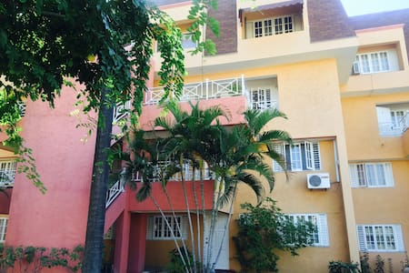 2 Bedrooms, 2 story gated apt with 24 hr security - Huoneisto