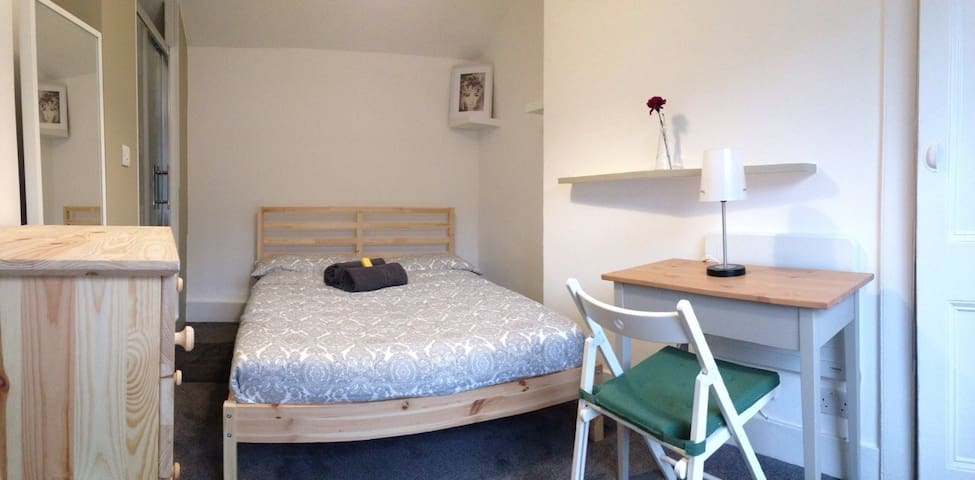 Friendly House/Double Room/Private toilet&shower - Londyn - Dom