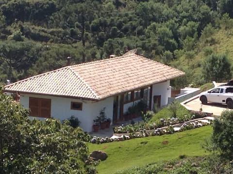 Linda casa no alto da Serra, perto da Pedra do Baú