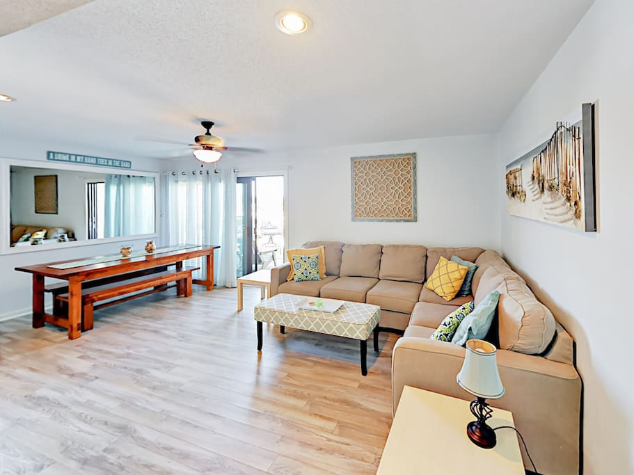 The spacious living area features seating for 6 on the L-shaped sectional.
