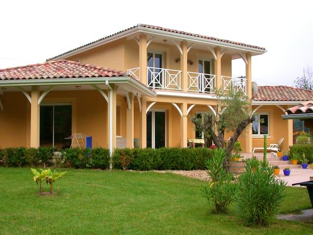 Villa de 3 chambres à Sainte-Maure-de-Peyriac, avec piscine privée, jardin clos et WiFi