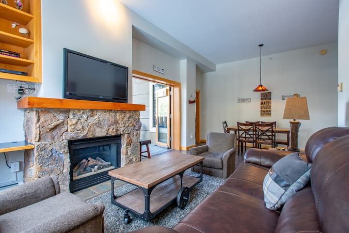 Gorgeous vaulted ceilings, Amazing deck, Nicest in Passage Point,wifi,parking
