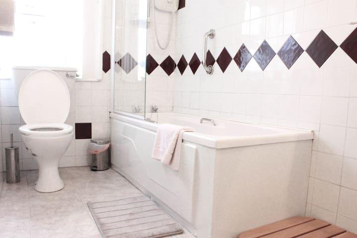 Twin room, sharing a bathroom. - Sligo - Bed & Breakfast