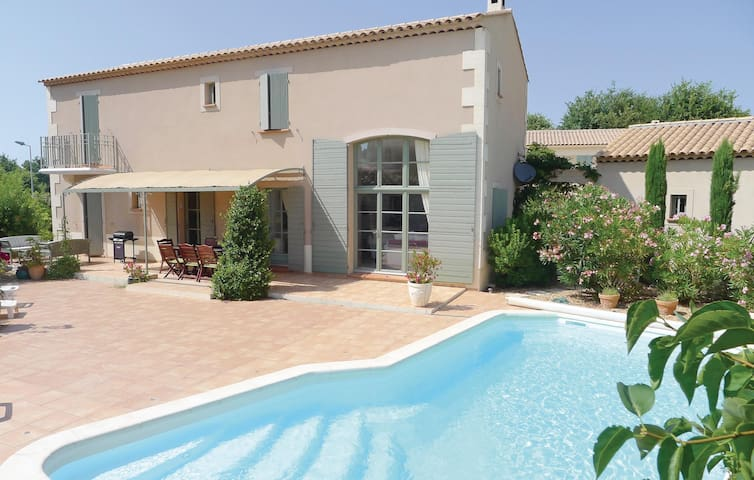 Holiday cottage with 4 bedrooms on 140 m² in Saint Remy de Provence