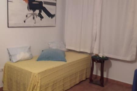 Habitación independiente con salón y patio - Bormujos