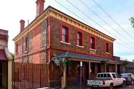 White Conduit House Adelaide CBD  sleeps 20!! - Adelaide - 独立屋