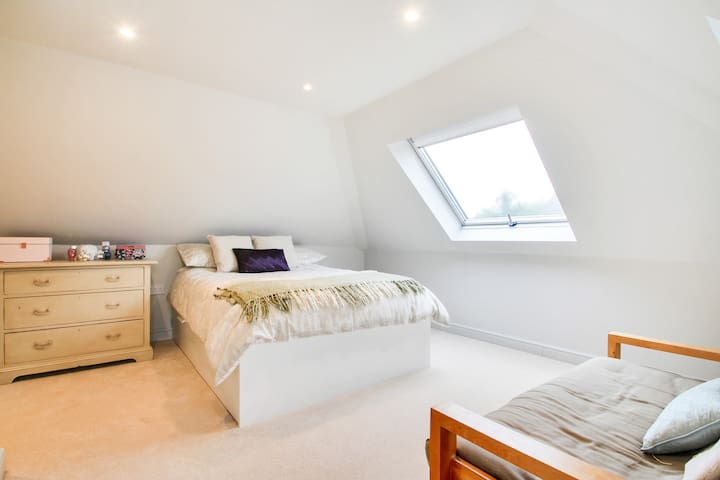 Bedroom with en suite in family house in Cranbrook