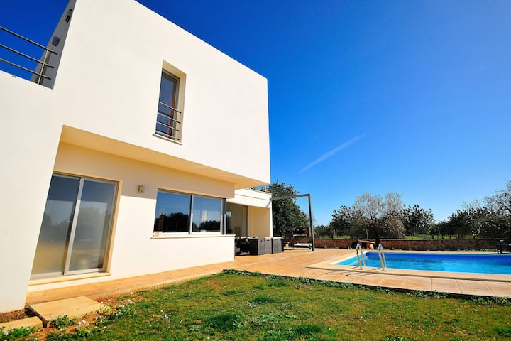 Recently built country house in a minimalist style, private pool detached