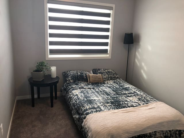 Cozy Room 10 minutes from Airport, new & clean!