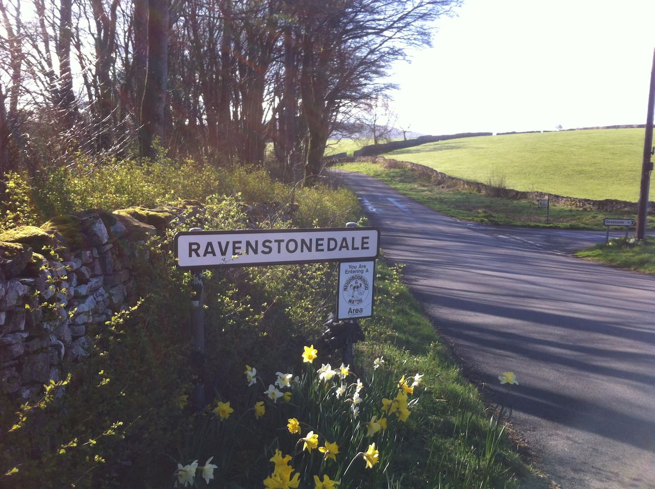 Located just 1 mile scenic walk from 2 great food pubs, public golf, tennis, art gallery, pub shop,cycling, walking, fishing, horse riding also close by.