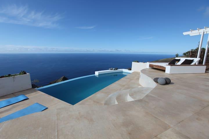 Una casa moderna con su piscina privativa