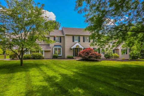 Over 10 acres w/ pool, great for groups