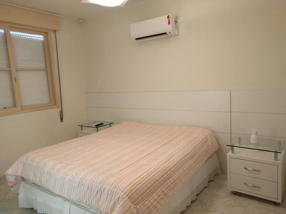 Suite com cama King, TV e Ar Condicionado