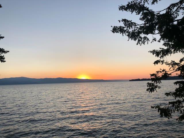 Montana MenehuneHale!  Best Sunsets!  FlatheadLake