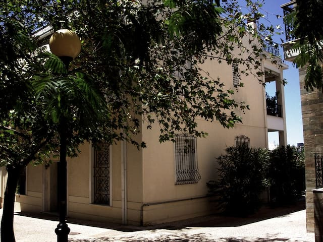 Vasiliki's house with garden and private parking