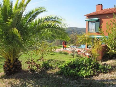 Casa con gran piscina y vistas de película