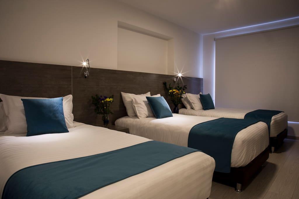 Habitación triple. Tres camas sencillas o Una cama King y una sencilla.