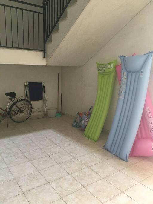e' l'atrio del palazzo dove e' possibile lasciare il materiale da spiaggia ( materassini, ombrelloni, etc) ed eventuali biciclette o tricicli