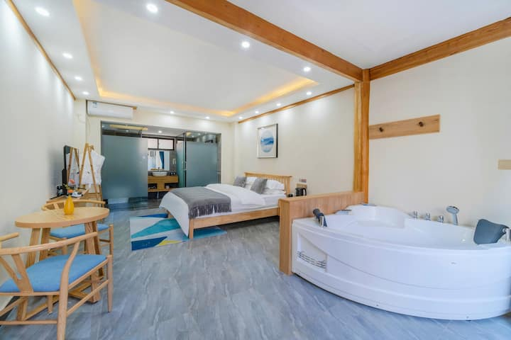 「畔湖阳光大床房」大研古城 泰国乳胶枕,富安娜乳胶垫等床品,浴缸,观景台,到五一街5分钟!
