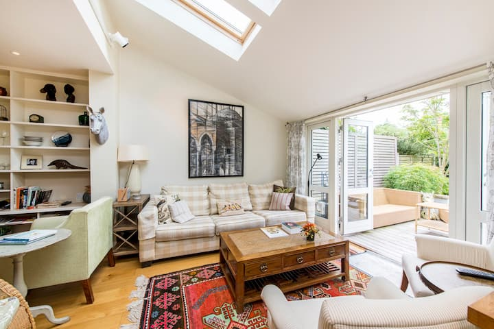 Charming 3 Bed House Near Hampton Court!