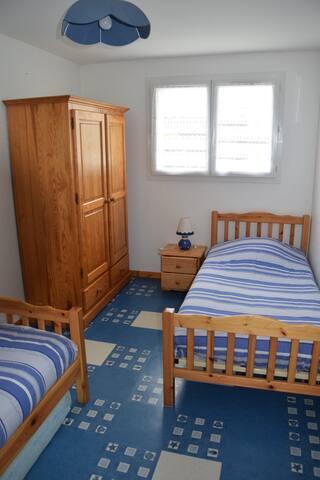 Chambre avec deux lits 90x190, vue sur piscine