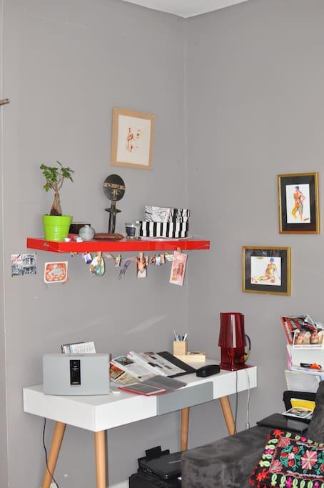 Dans le salon, petit bureau scandinave idéal pour poser votre ordinateur