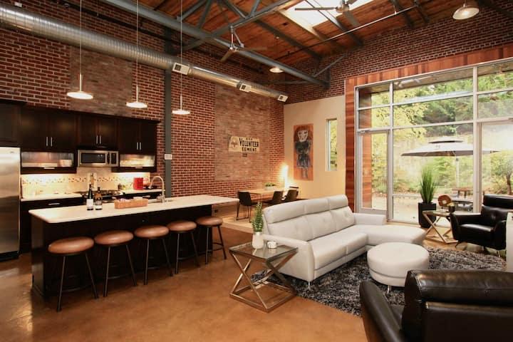 Downtown 2BR2B w Pvt Yd & Garage