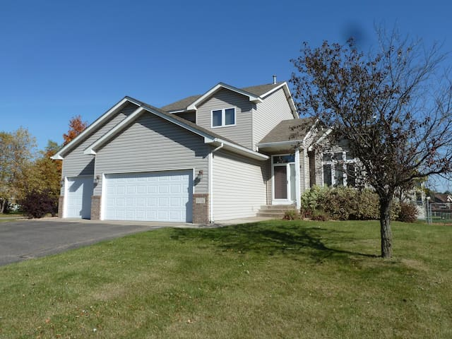 Beautiful 4br 4ba home - Brooklyn Park - 獨棟