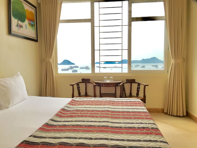 C705 Viewing Lan Ha bay from bed - Double seaview