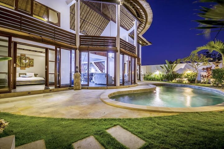 Stunning Villa - Bedrooms with garden and banana trees view. Private pool and garden and kitchen