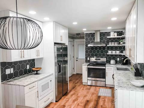 New Charming 3 Bedroom Apex Home! 20 Min to RDU