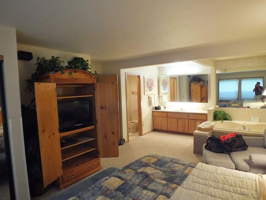 Master Bedroom/ Jacuzzi tub