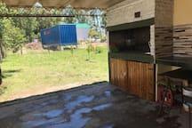 Parrillero techado con mesada y vista al patio