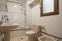 Cuarto de baño completo, con ventana